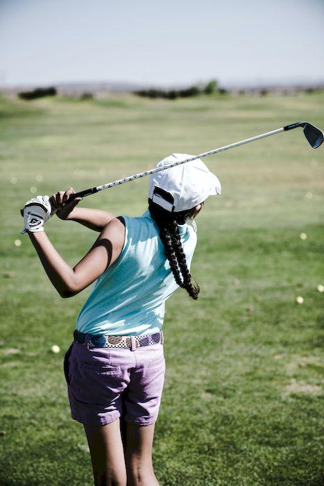 Kvinna som just gjort golfslag